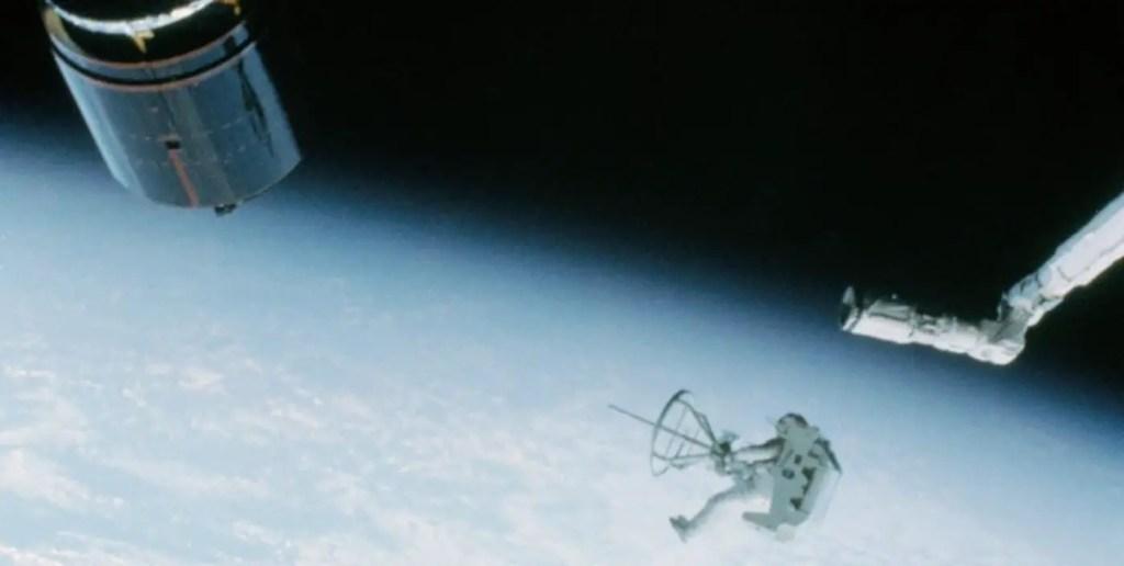 Fotografía en el espacio del astronauta Dale A. Gardner capturando un satélite en 1984.