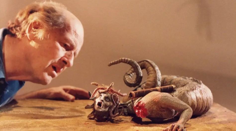 Fotografía de de Ray Harryhausen junto a sus monstruos.