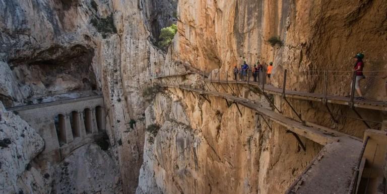 El caminito del Rey y otros caminos tallados sobre la montaña