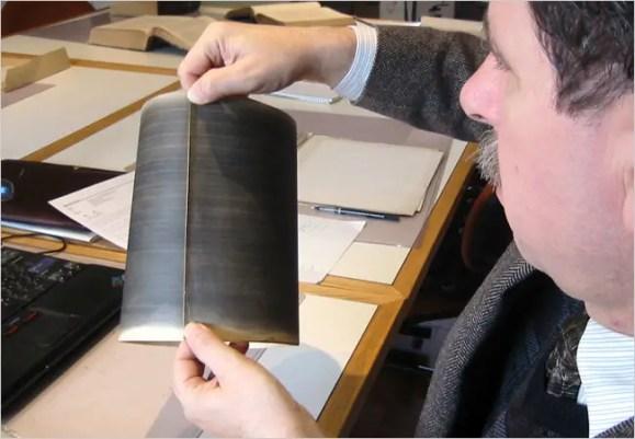 Fotografía de un hombre sosteniendo un fonoautograma