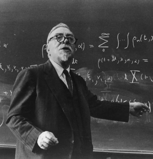 Fotografía de Norbert Weiner dando clase.
