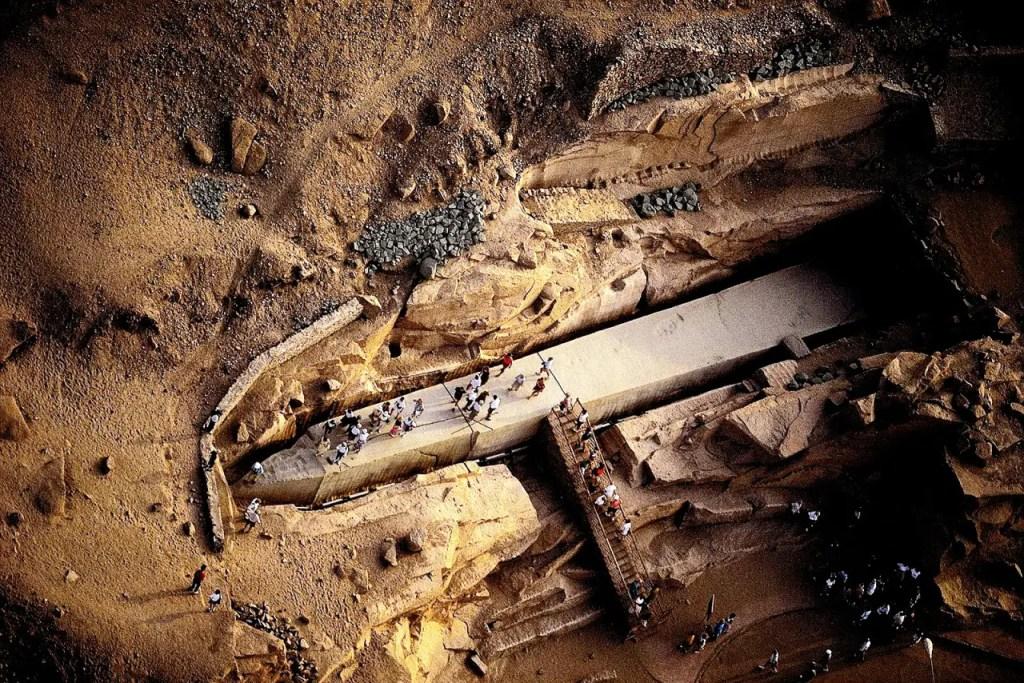 Fotografía del monumental obelisco hallado en Egipto. El obelisco egipcio más grande alguna vez hallado.