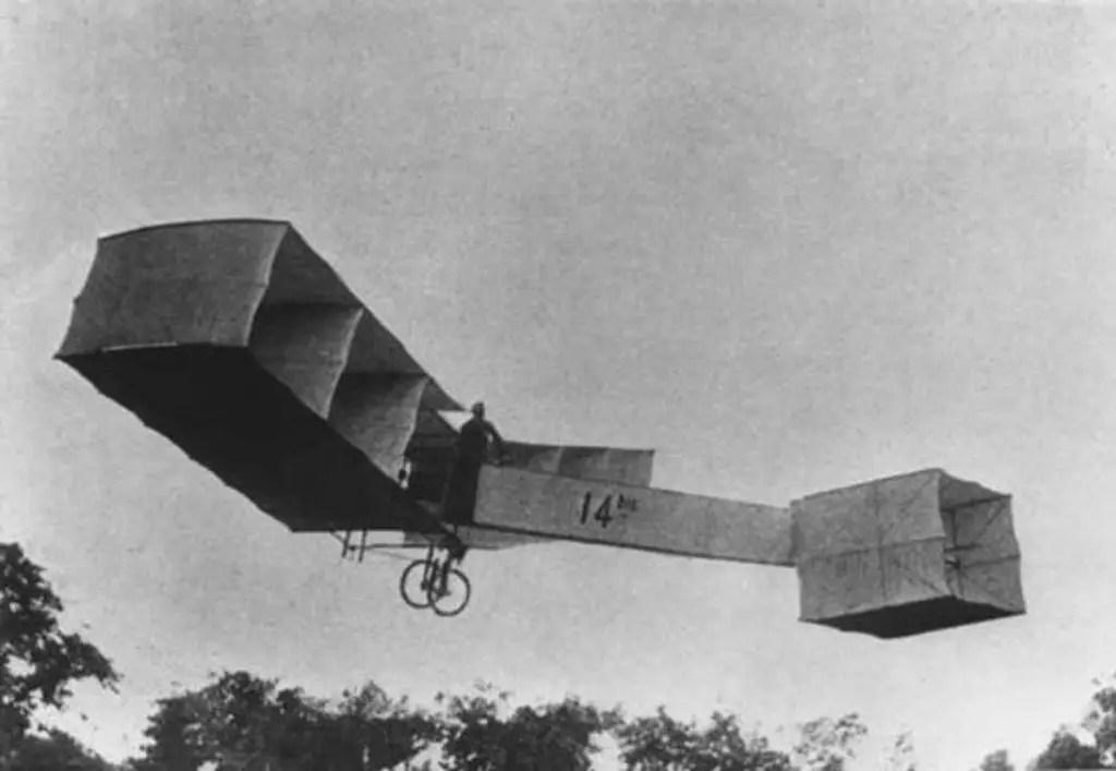 Fotografía de Santos Dumont volando el 14bis.