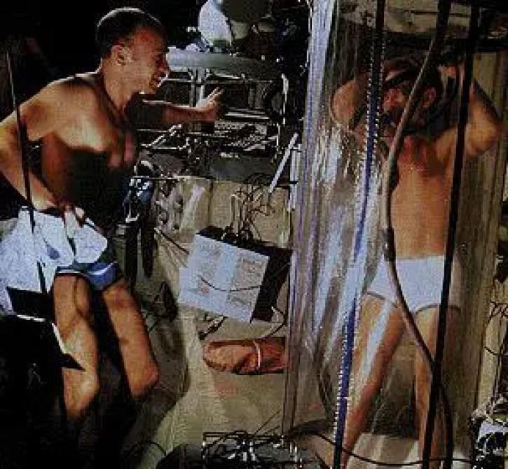 Fotografía de dos cosmonautas utilizando el sauna de la estación espacial MIR.