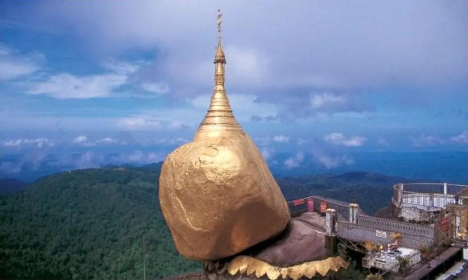 Vista de la pagoda en equilibrio de Kyaikhtiyo.