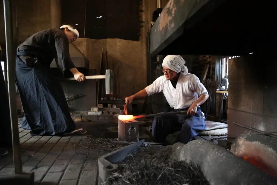 Fotografía de dos herreros japoneses.