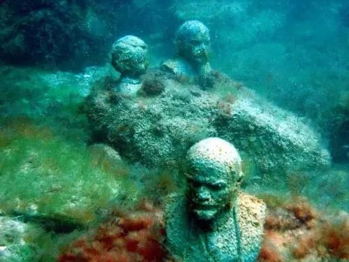 Estatuas sumergidas en el museo sumergido ucraniano.