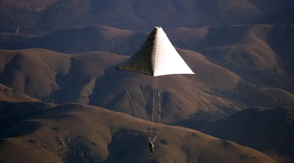Probando el paracaídas de da Vinci.