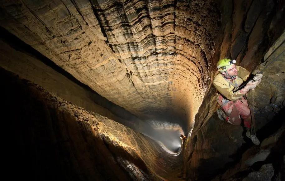 Fotografía de un hombre en la cBase de la caverna Krubera.