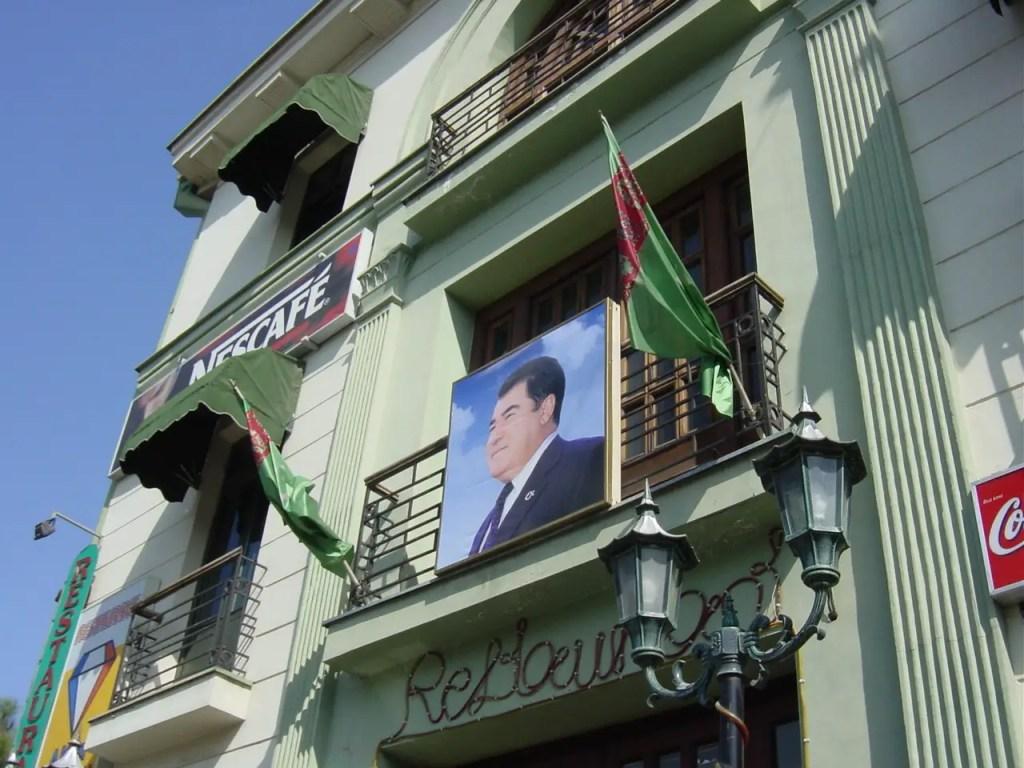 Cuadro del dictador megalómano Saparmurat Niyazof.