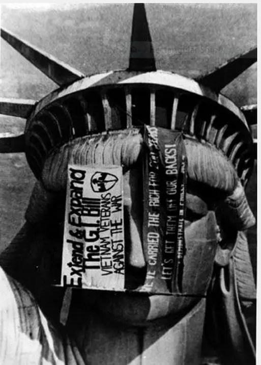 Fotografía de la estatua de la libertad durante el episodio denominado como la toma de la Estatua de la Libertad.