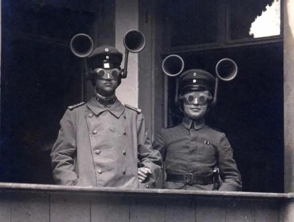 Dos hombres utilizando topófonos.