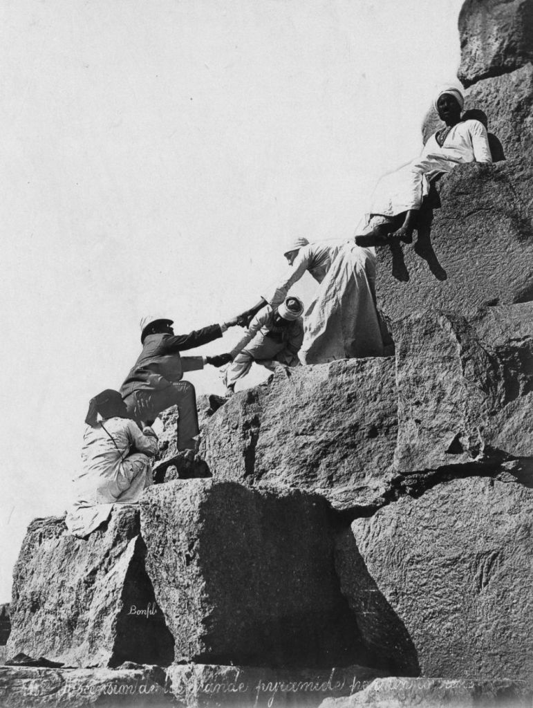 Turista escalando las piramides.
