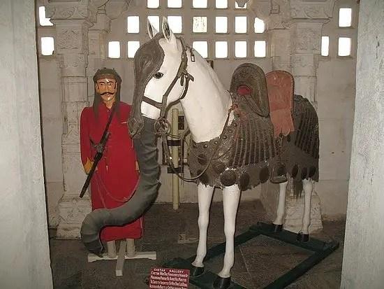 Fotografía de un caballo elefante perteneciente a un guerrero rajput.