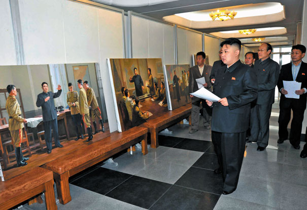 Kim viendo las pinturas realizadas en su honor.
