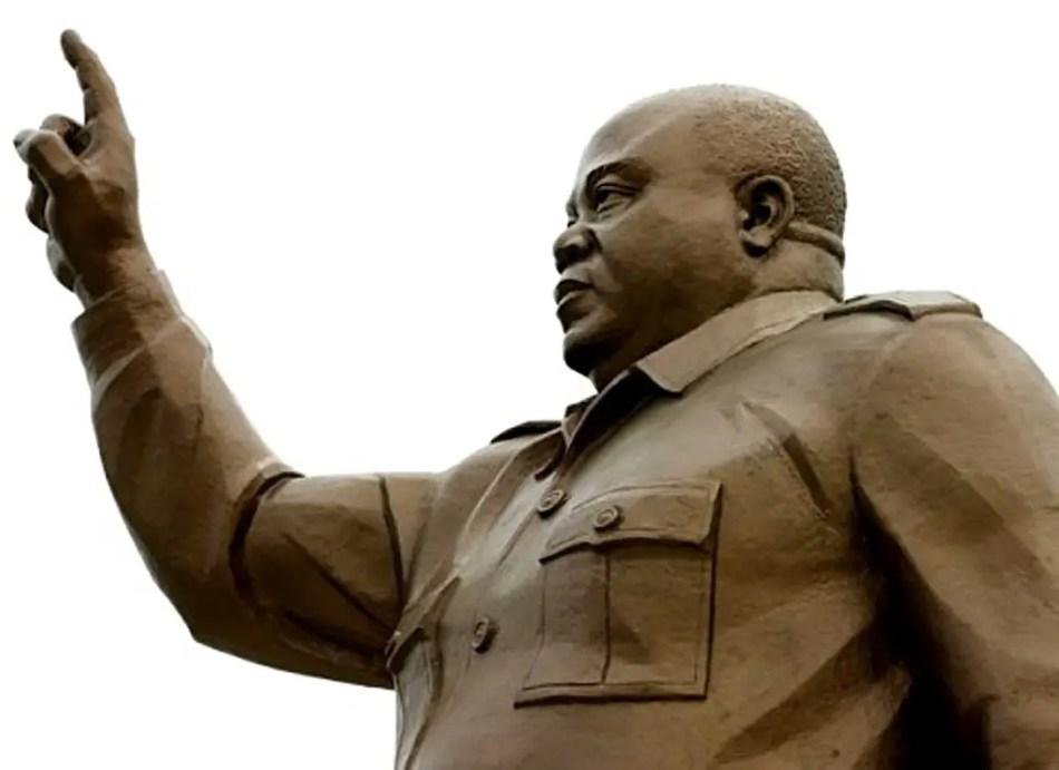 Estatua de un líder africano.