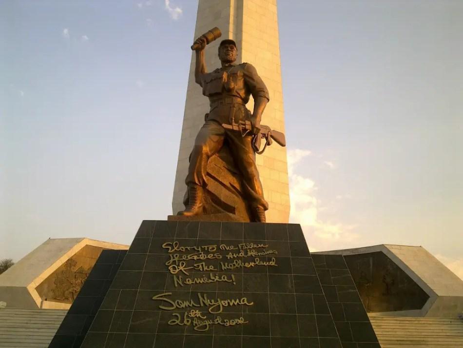 Fotografía de una estatua producida en Corea del Norte.