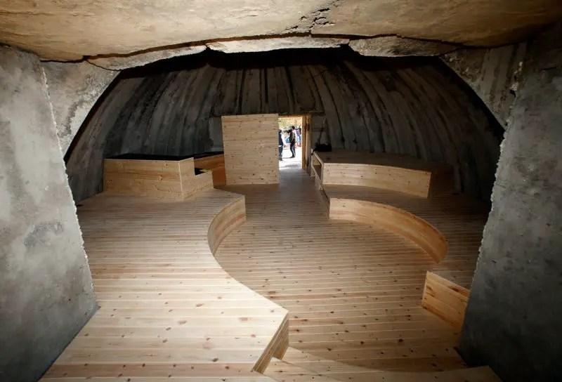El interior de una de éstas estructuras convertido en un centro de reuniones.