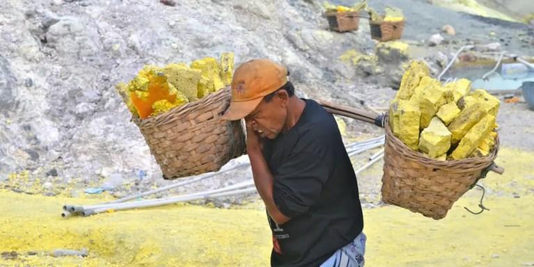 Las minas de sulfuro de la isla de Java, el peor trabajo del mundo