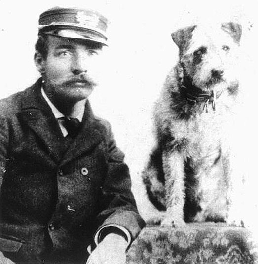 Fotografía de Owney junto a uno de sus cuidadores.