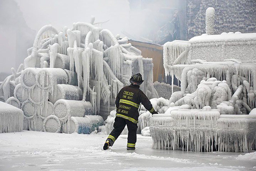 Bombero de chicago en el invierno.
