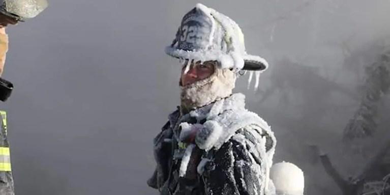 Fotografía de un bombero con su traje congelado.