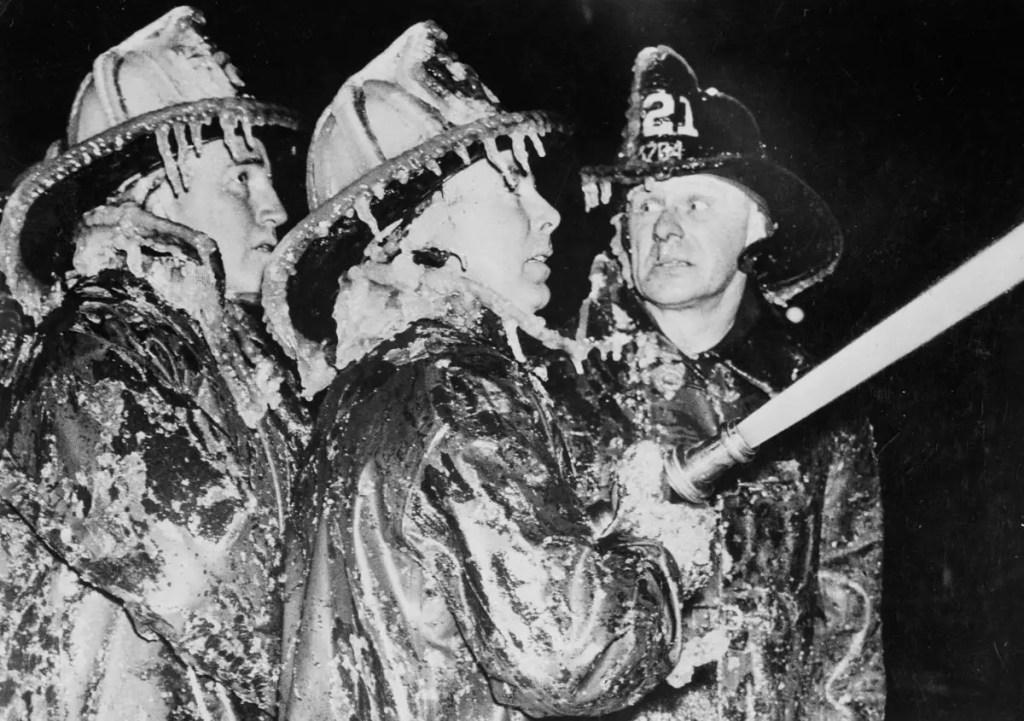 Fotografía de bomberos congelados. Bomberos en invierno.