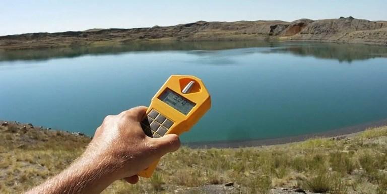 Fotografía de un medidor de radiación cerca al lago Chagan.