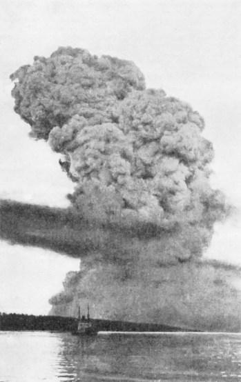Fotografía de una nube de humo vista desde la distancia. Una de las peores explosiones accidentales
