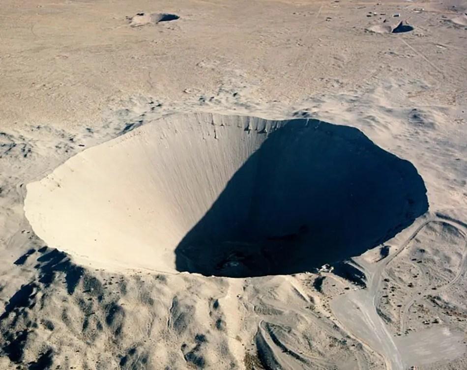 Fotografía aérea de un cráter.