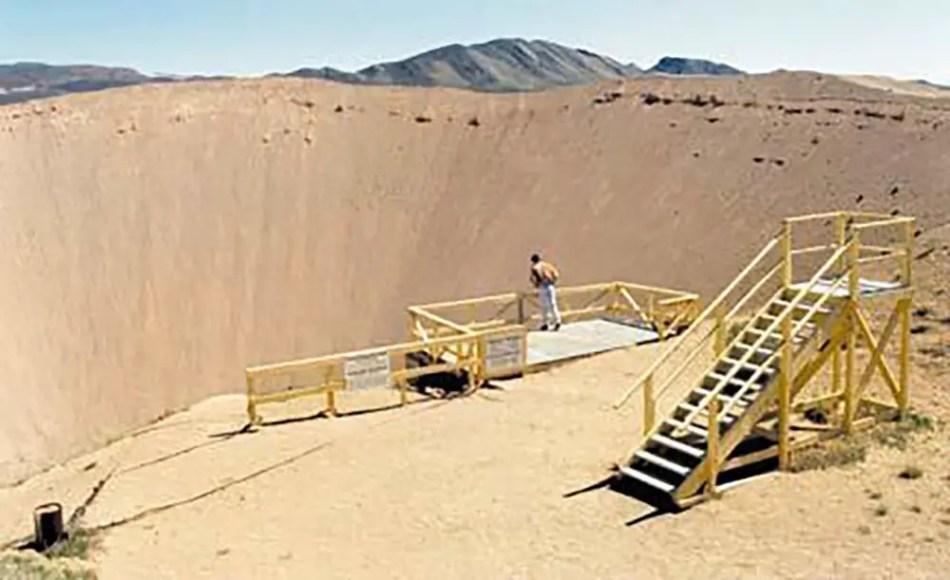 Fotografía de un mirador al borde de un cráter.