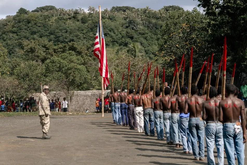 Fotografía de un desfile del Movimiento John Frum.