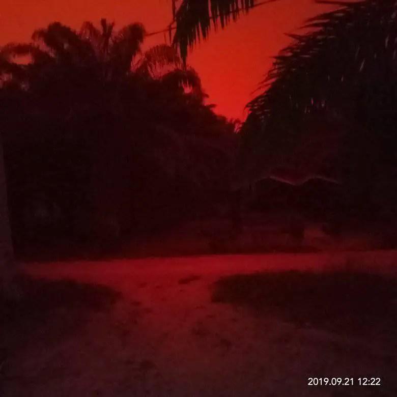 Fotografía del cielo rojo en Indonesia.