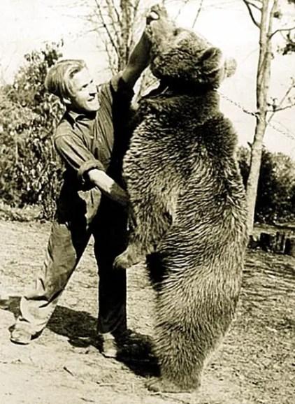 Wojtek jugando con uno de los soldados.