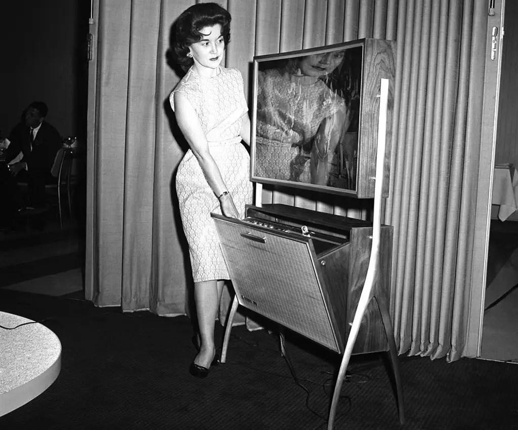 Fotografía de una mujer con un prototipo de pantalla slimmer tube.