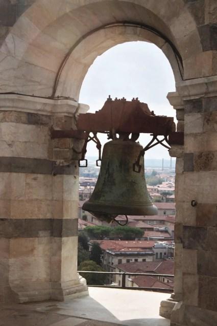Fotografía de la campana de la torre de Pisa.