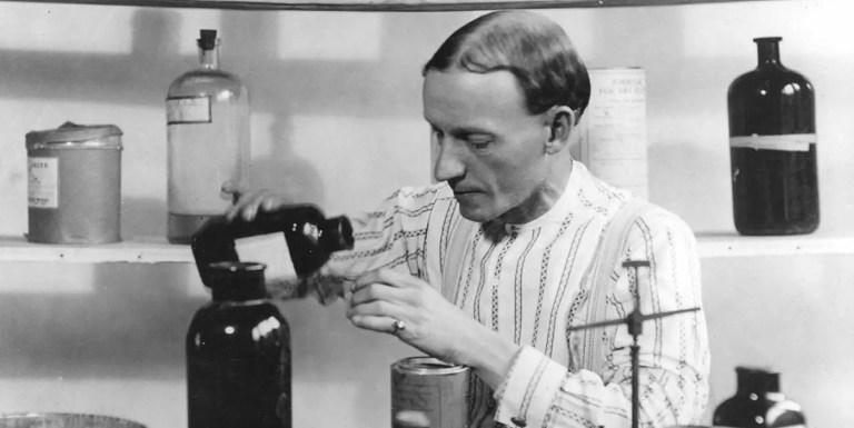"""Fotografía de Charles Mallory Hatfield en su laboratorio una de sus """"pociones para la lluvia""""."""