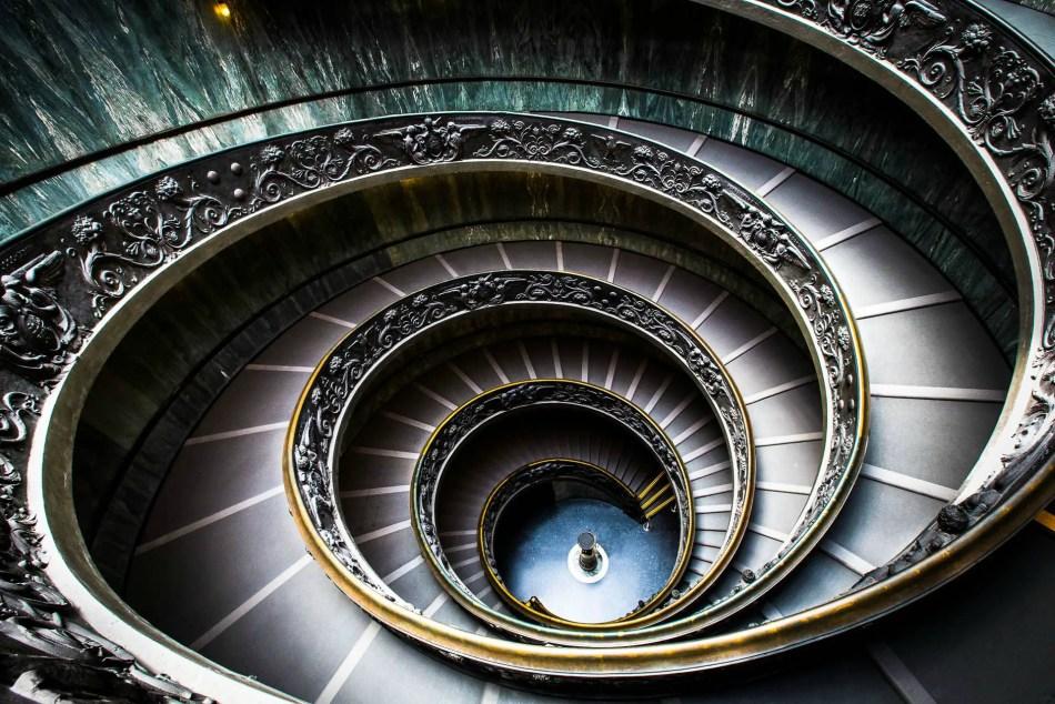 Vista desde la parte superior de la escalera del Museo del Vaticano.