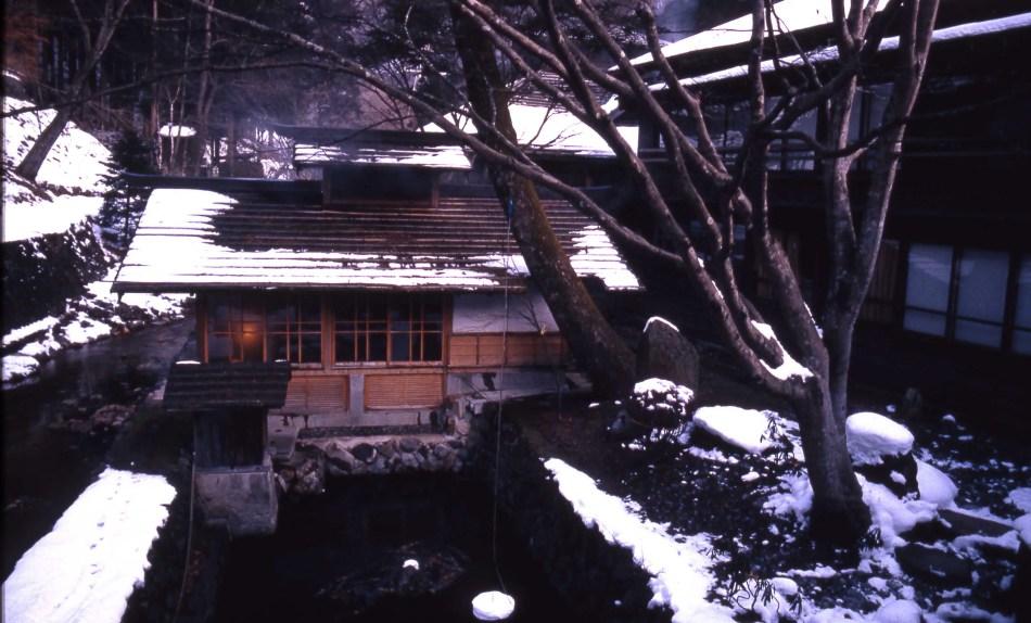 Fotografía de la fachada de la taverna y hotel japonés Hoshi Ryokan-