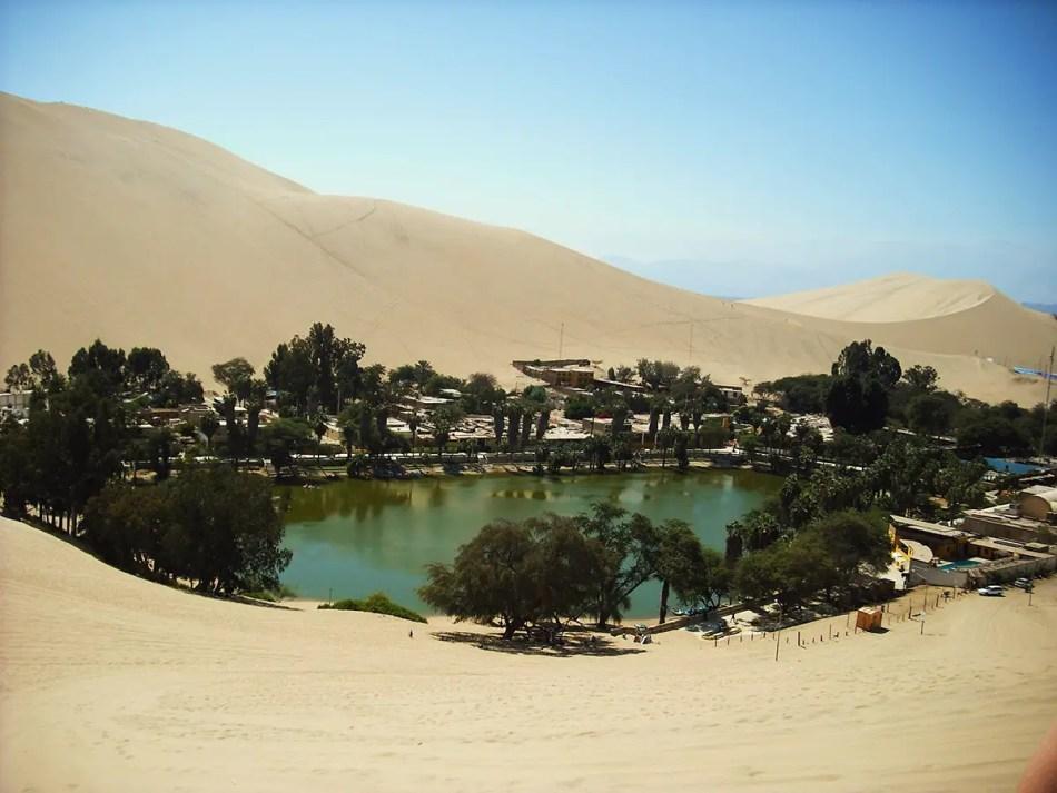 Vista al lago del oasis de Huacachina.