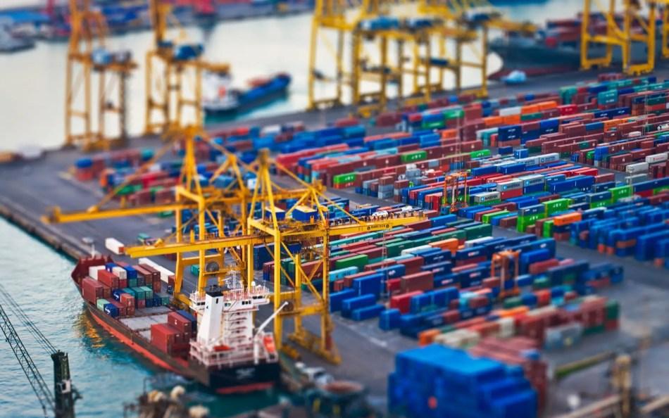 Un puerto de carga y descarga de contenedores convertido en una miniatura gracias al efecto visual tilt-shift.