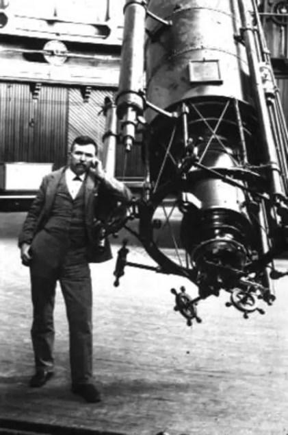 Edward Emerson Barnard posando junto al telescopio del que realizó la gran mayoría de sus observaciones.