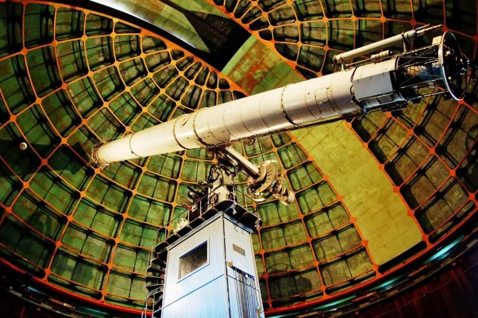 Fotografía desde la parte inferior del telescopio utilizado en el observatorio Lick,