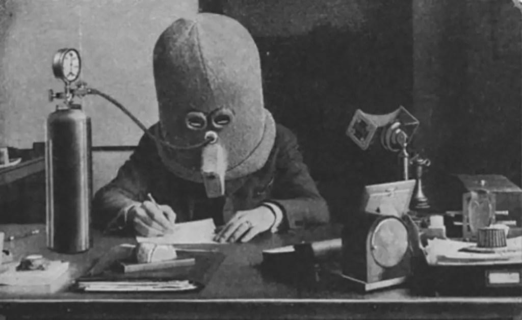 El pionero de la ciencia ficción Hugo Gernsback demostrando un Isolator (Aislador) en funcionamiento.