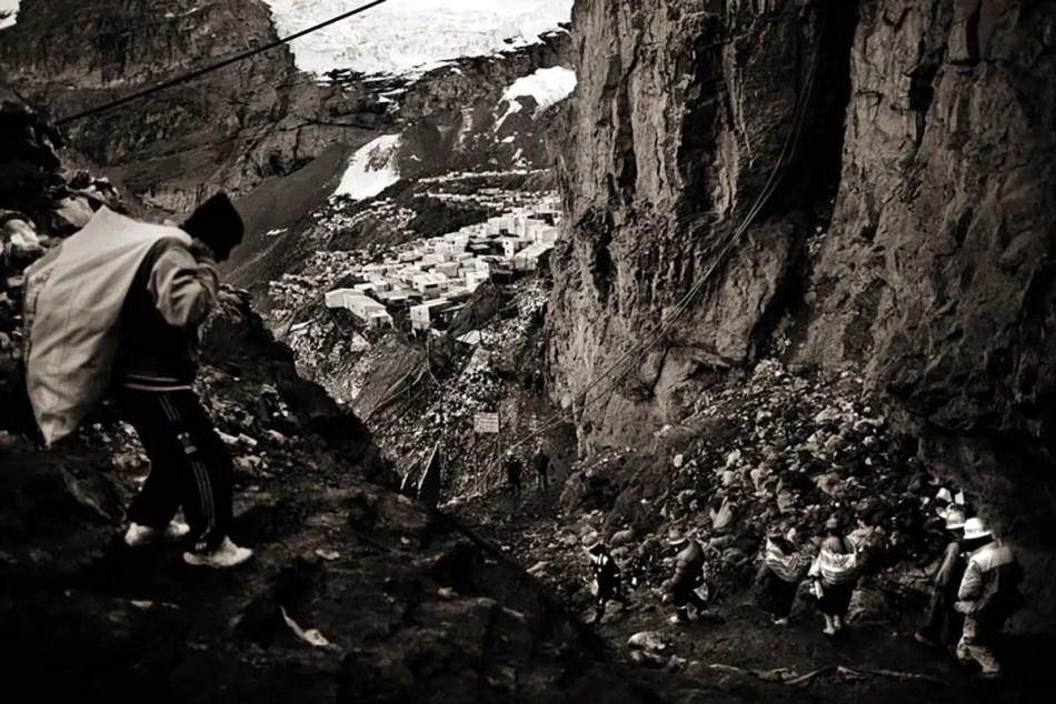Trabajadores mineros descendiendo por uno de los tantos senderos montañosos que llevan de las menas al centro de la ciudad.