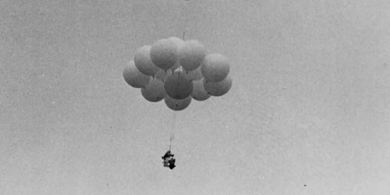 Detalle de Larry Walters elevándose a los cielos.