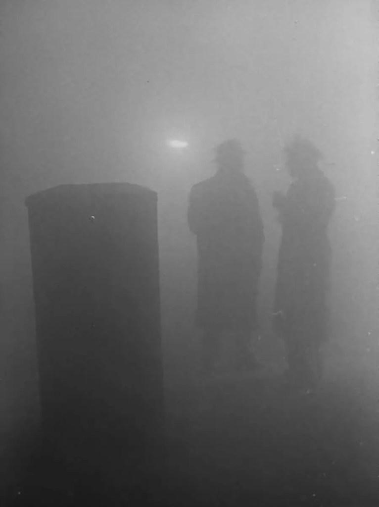 Dos hombres cubiertos por el smog en las calles de Londres.