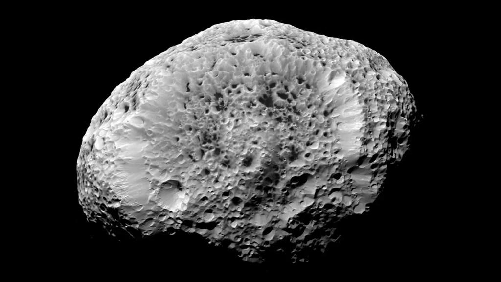 Imagen de la luna Hiperión, debido a su densidad la misma es una gran esponja.