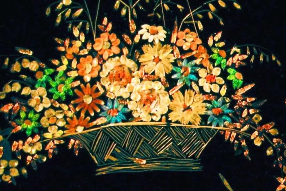 Detalle de una canasta floral.