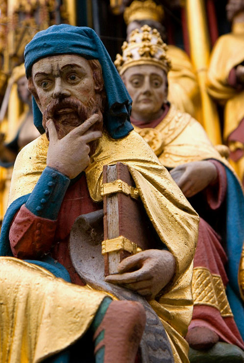 Detalle de las figuras que componen la fuente Schöner Brunnen.